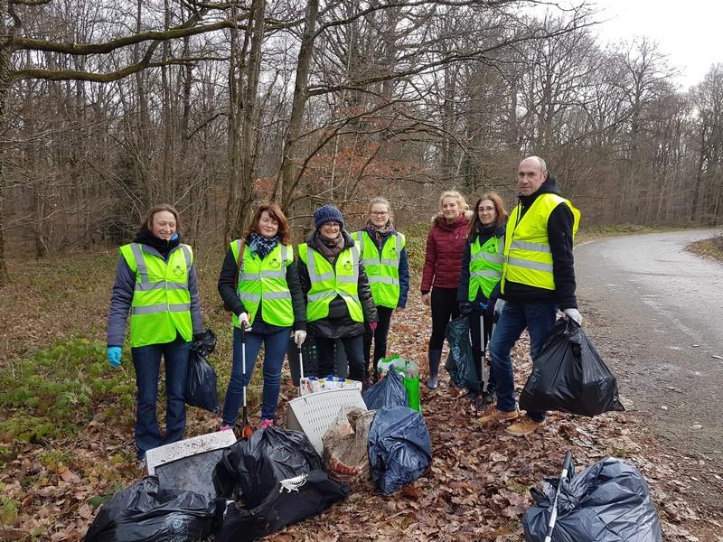 Team building solidaire ramassage de déchets en forêt
