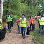 team building solidaire nettoyer la forêt